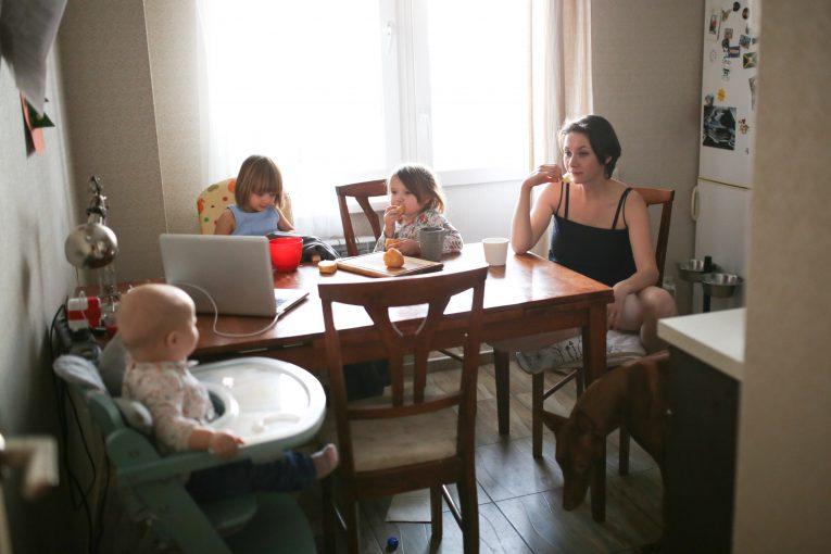 Mutter mit Kindern am Tisch