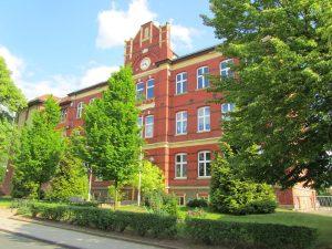 rote Bachstein-Fasade der Schule